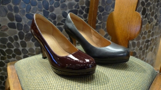 Clarks Pumps in Black and Plum